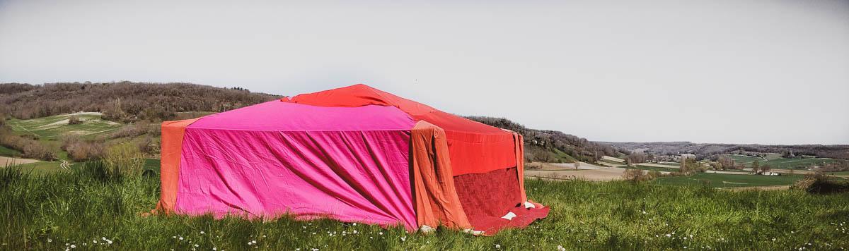 tente rouge en extérieur